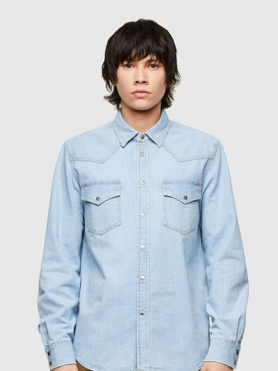 חולצת ג׳ינס בצבע תכלת בגזרה רגילה בסגירת כפתורי לחיצה וצבועה בטכנולוגיית ׳סטון וואש׳ הנותנת מראה שחוק לקצוות החולצה. שני כיסים בחזה.