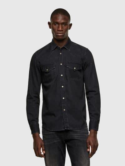 חולצת ג׳ינס שחורה בגזרה רגילה בסגירת כפתורי לחיצה צבועה בטכנולוגיית ׳סטון וואש׳ הנותנת מראה שחוק לקצוות החולצה. החולצה כוללת שני כיסים בחזה ורקמת