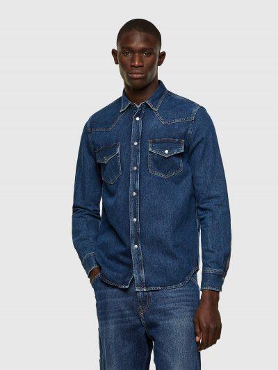 חולצת ג׳ינס קלאסית כחולה בגזרה רגילה בסגירת כפתורי לחיצה וצבועה בטכנולוגיית ׳סטון וואש׳ הנותנת מראה שחוק לקצוות החולצה. כוללת שני כיסים בחזה ורקמ