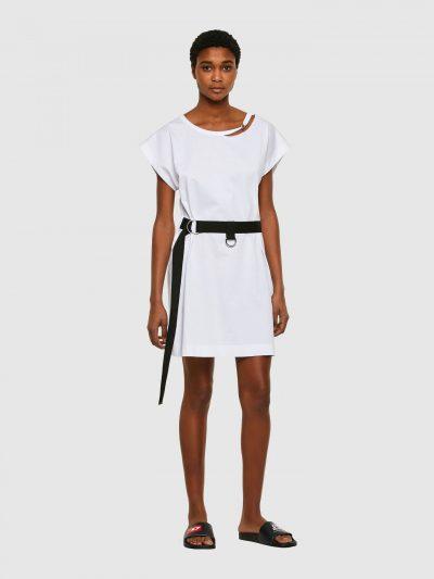 שמלת כותנה בצבע לבן בגזרה משוחררת, באורך עד הברך, עם שרוולים קצרים ורחבים. לשמלה מצורפת חגורת מותן מבד ואבזם כסוף. על הצווארון הקרוע עיטורי מתכת