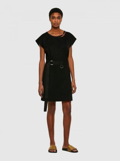 שמלת כותנה בצבע שחור בגזרה משוחררת, באורך עד הברך, עם שרוולים קצרים ורחבים. לשמלה מצורפת חגורת מותן מבד ואבזם כסוף. על הצווארון הקרוע עיטורי מתכת