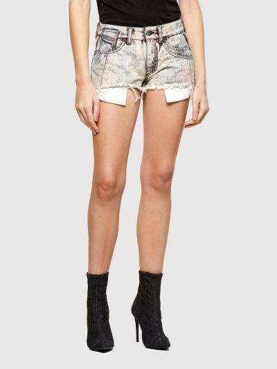מכנסי ג׳ינס קצרים בצבע אפור עם אפקט צבע פסטל בגזרת גובה מותן ואורך בינוניים. המכנסיים נסגרים ברוכסן וכפתור וכוללים ארבעה כיסים והכיס ׳החמישי׳ של
