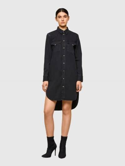 שמלת ג׳ינס בצבע שחור ובגזרה רגילה. השמלה עם שרוולים ארוכים, נסגרת בכפתורים לחיצים ועם סיומת א-סימטרית, ארוכה מאחורה וקצרה מקדימה. על החזה שני כיס