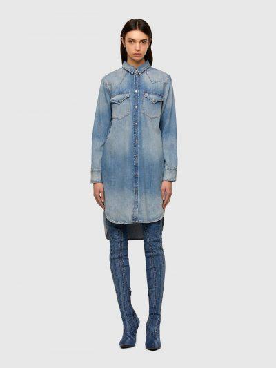 שמלת ג׳ינס בצבע כחול ובגזרה רגילה. השמלה עם שרוולים ארוכים נסגרת בכפתורים לחיצים ועם סיומת א-סימטרית, ארוכה מאחורה וקצרה מקדימה. על החזה שני כיסי