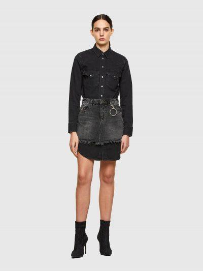 שמלת ג׳ינס בשילוב צבעים שחור ואפור. השמלה ניתנת לפירוק. החלק העליון הופך לשמלת ג'ינס בגזרה רגילה עם שני כיסים בחזה ובסגירת כפתורים לחיצים. החלק ה