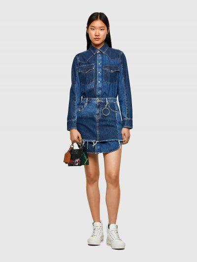 שמלת ג׳ינס בשילוב שני גוונים של כחול ובתבנית ייחודית. השמלה ניתנת לפירוק. החלק העליון הופך לשמלת ג'ינס בגזרה רגילה עם שני כיסים בחזה ובסגירת כפתו