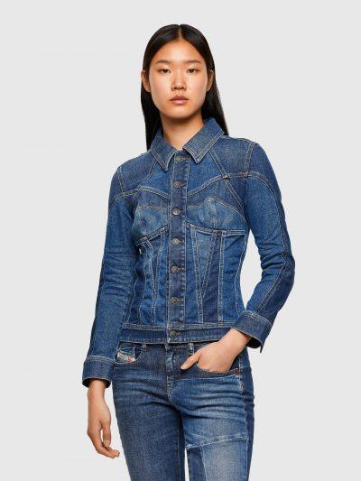 ג׳קט ג׳ינס במראה של מחוך בשני גוונים של כחול המקנים מראה וינטג׳, בגזרה צרה ובסגירת כפתורים ממותגים. על הגב פאץ' גדול בצבע חום עם הדפס לוגו המותג.
