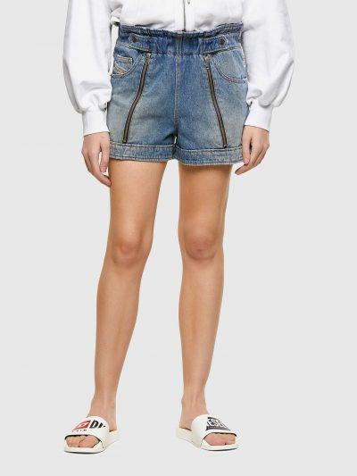מכנס ג'ינס קצר בגזרה רגילה גבוהה בצבע כחול ובשילוב חגורת מותן אלסטית. הבד עבר טכנולוגיית שטיפת 'סטון וואש' המעניקה מראה וינטג' ייחודי, רוכסנים לא