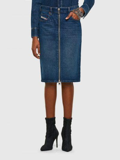 חצאית ג׳ינס בצבע כחול בשטיפת ׳סטון וואש׳ המקנה לבד מראה וינטג' בגזרת עיפרון ובסגירת רוכסן דו-כיווני לכל האורך. החצאית כוללת ארבעה כיסים ואת הכיס