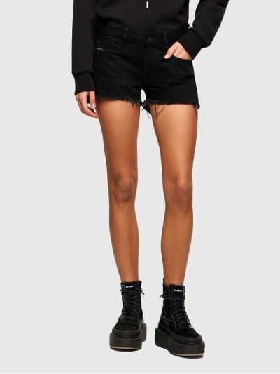 מכנסי ג׳ינס קצרים בצבע שחור ובגזרת גובה מותן ואורך בינוניים. המכנסיים נסגרים ברוכסן וכפתור וכוללים ארבעה כיסים והכיס ׳החמישי׳ של דיזל עם לוגו המו