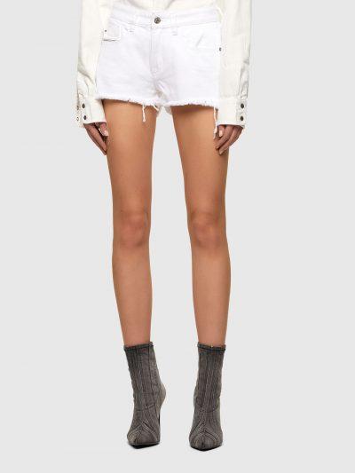מכנסי ג׳ינס קצרים בצבע לבן ובגזרת גובה מותן ואורך בינוניים. המכנסיים נסגרים ברוכסן וכפתור וכוללים ארבעה כיסים והכיס ׳החמישי׳ של דיזל עם לוגו המות