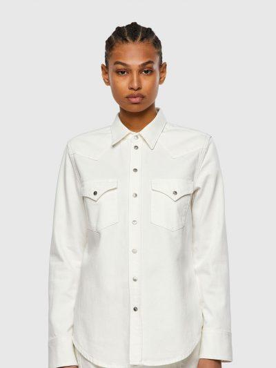 חולצת ג׳ינס בסגירת כפתורי לחיצה בצבע לבן ובגזרה צרה. החולצה עברה תהליך ׳סטון ווש׳ המקנה לחולצה מראה וינטג'. לחולצה שני כיסים קדמיים ורקמה של סלוג