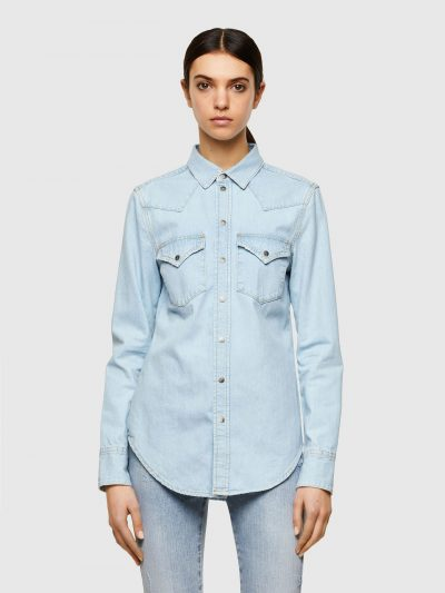 חולצת ג׳ינס בסגירת כפתורי לחיצה בצבע תכלת ובגזרה צרה. החולצה עברה תהליך ׳סטון ווש׳ המקנה לחולצה מראה וינטג'. לחולצה שני כיסים קדמיים ורקמה של סלו