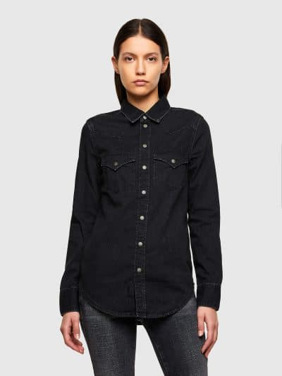 חולצת ג׳ינס בסגירת כפתורי לחיצה בצבע שחור ובגזרה צרה. החולצה עברה תהליך ׳סטון ווש׳ המקנה לחולצה מראה וינטג'. לחולצה שני כיסים קדמיים ורקמה של סלו