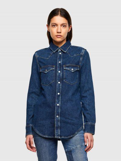חולצת ג׳ינס בסגירת כפתורי לחיצה בצבע כחול קלאסי כהה ובגזרה צרה. החולצה עברה תהליך ׳סטון ווש׳ המקנה לחולצה מראה וינטג'. לחולצה שני כיסים קדמיים ורקמה של סלוגן המותג על דש שמאל.