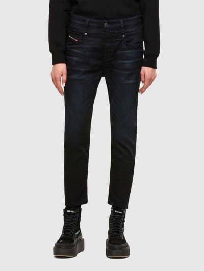 מכנס ג'ינס בגזרת מותן רגילה, בויפרנד (צללית מעט מרושלת, סיומת רגל מעוקלת שמצטמצמת על הקרסול), בצבע כחול כהה,  בסגירת רוכסן. למכנס, עיטור של תפרי