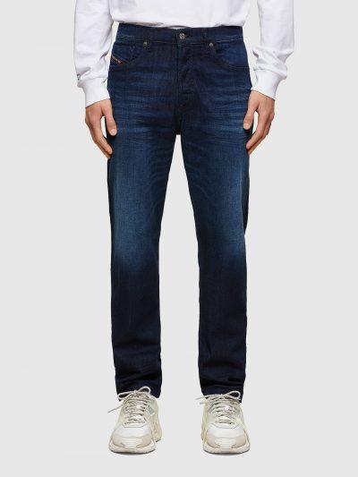 ג'ינס בצבע כחול כהה חלק, בגזרה קלאסית, במראה מחויט בסגירת כפתורים. המכנס מעוצב כך שיתאים למבני גוף שונים.