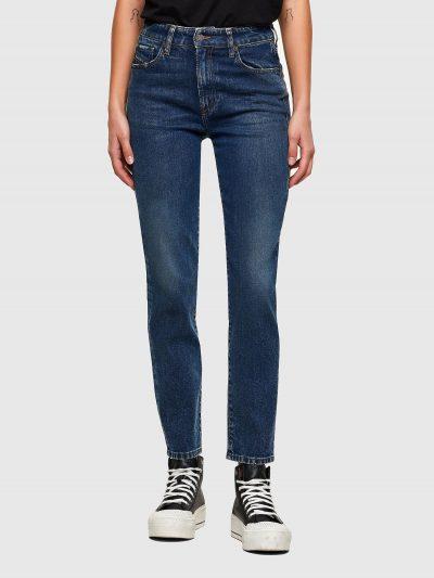 ג'ינס בגזרה גבוהה, צרה( לא סקיני), בצבע כחול כהה, בסגירת רוכסן. המכנס מעניק מראה קלאסי וטרנדי כאחד. על החגורה מאחור, פאץ' עור עליו מוטבע לוגו המו