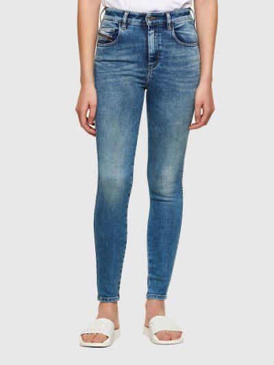 ג'ינס בגזרה גבוהה סופר סקיני( הגזרה הצרה ביותר בהיצע) בצבע כחול באורך קרסול ובסגירת רוכסן. המכנס עשוי מבד אלסטי גמיש וחזק ששומר על צורתו המקורית