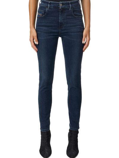 ג'ינס בגזרה גבוהה, סופר סקיני (הגזרה הצרה ביותר בהיצע), בצבע כחול כהה, באורך קרסול, בסגירת רוכסן. המכנס עשוי מבד אלסטי, גמיש וחזק ששומר על צורתו
