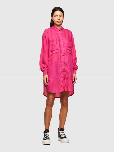 שמלה בצבע ורוד הנסגרת בכפתורי לחיצה ובגזרת חולצה רחבה. לשמלה צווארון סיני וסיומת ריב בשרוולים. על החזה שני כיסים גדולים ובגב, כפתורי לחיצה לחשיפת
