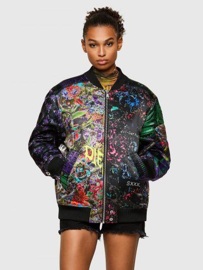 ג'קט ניילון צבעוני עם הדפסים פרחוניים בגזרה רחבה דמויית ׳בומבר׳ עם סגירת רוכסן. לאורך הגב והשרוולים כפתורי לחיצה מתכתיים גדולים. על שרוול שמאל כי