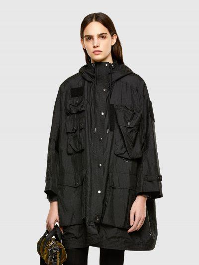 ג׳קט ניילון בצבע שחור, עם קפוצ'ון ושרוכים עם סיומת מתכתית בגזרה רחבה ובסגירת רוכסן וכפתורי לחיצה. השרוולים באורך 3/4 ומתכווננים באמצעות כפתורי לח