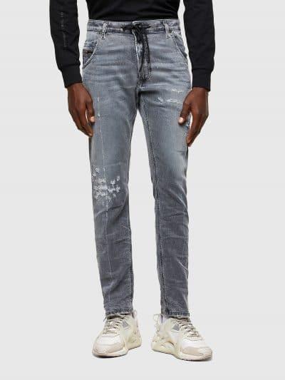 מכנס ג'וג בגזרה סלים בצבע אפור בהיר עם קרעים. על ירך שמאל וברך ימין קרעים סגורים. המכנס עם חגורה רגילה ושרוך קידמי. המכנס הוא שילוב ייחודי וראשון