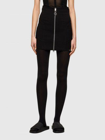 חצאית בצבע שחור בגזרת מיני צרה ובסגירת רוכסן דו כיווני. מעוטרת ברצועות בד בצבע שחור המעשירות את הגזרה ופירסינג מתכתי במכפלת התחתונה.