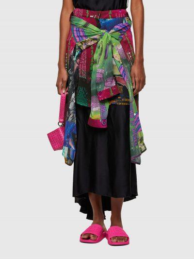 חצאית צבעונית בגזרה רגילה עם הדפס דיגיטלי בהשראת החלל והדפסי לוגו המותג. החצאית נסגרת בכפתורי לחיצה.
