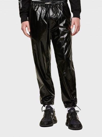 מכנסיים בצבע שחור מבד ניילון מבריק בגזרה רגילה עם חגורת מותן אלסטית ושרוכים עם סיומת מתכתית. למכנס שני כיסים צידיים ושניים אחוריים הנסגרים בכפתור