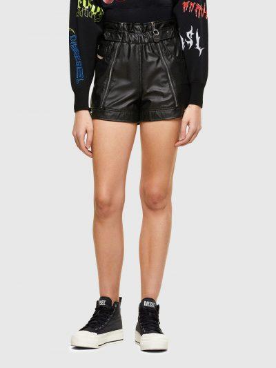 מכנס קצר דמוי עור בגזרה גבוהה בצבע שחור ובשילוב חגורת מותן אלסטית. הבד מחורר ולאורך הרגליים רוכסנים להשלמת המראה הייחודי.