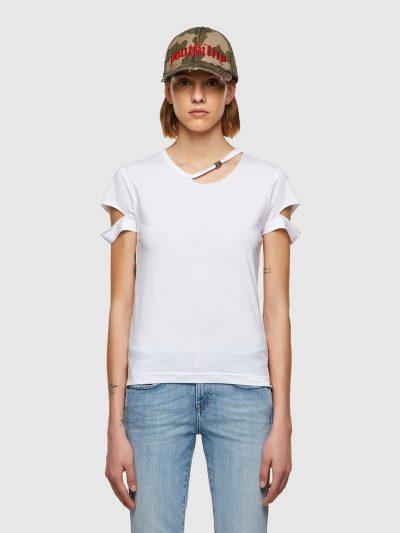 טישרט שרוול קצר בגזרה צרה ובצבע לבן עשויה כותנת ג'רזי משובחת. חיתוכים בצווארון ובשרוולים ועיטורי מתכת במכפלת התחתונה ובצווארון.