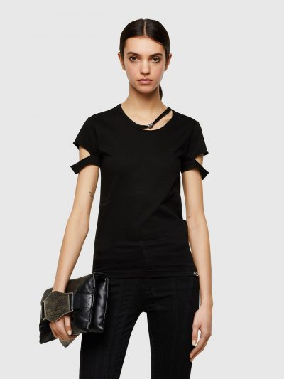 טישרט שרוול קצר בגזרה צרה ובצבע שחור עשויה כותנת ג'רזי משובחת. חיתוכים בצווארון ובשרוולים ועיטורי מתכת במכפלת התחתונה ובצווארון.