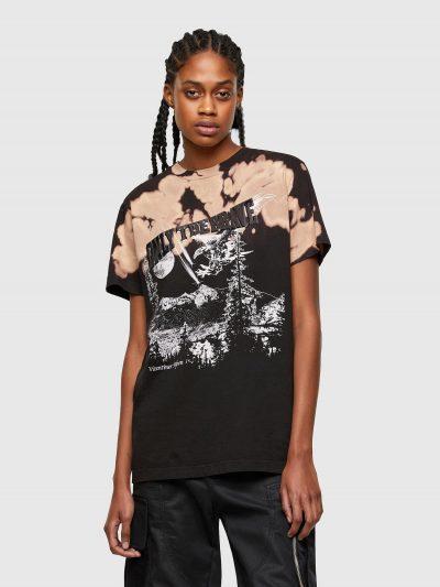 טישרט שרוול קצר בגזרה רגילה בצבע שחור צבועה בשיטת ׳טאי דאי׳ בגוון חום/ורוד ועשויה כותנת ג'רזי משובחת. לאורך הטישרט פאצ'ים והדפסים מטאליים ולבנים.