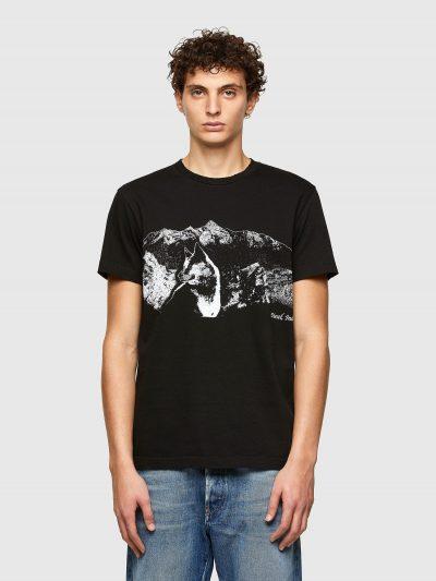 טישרט שרוול קצר בגזרה צרה בצבע שחור עשויה כותנת ג'רזי משובח. על החזה הדפס הרים וזאב בצבע לבן והדפס לוגו המותג.