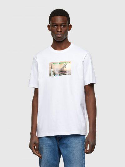טישרט שרוול קצר בגזרה רגילה בצבע לבן עשויה כותנת ג'רזי משובח. על החזה הדפס מרובע צבעוני דמוי תמונה, של חד-קרן עם הסלוגן 'לא עוד דמעות' מלווה במספ