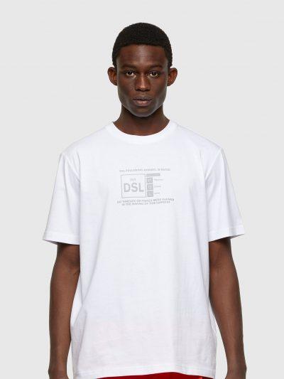 טישרט שרוול קצר בגזרה רגילה בצבע לבן עשויה כותנת ג'רזי משובח. על החזה הדפס סלוגן העונה בצבע כסף.