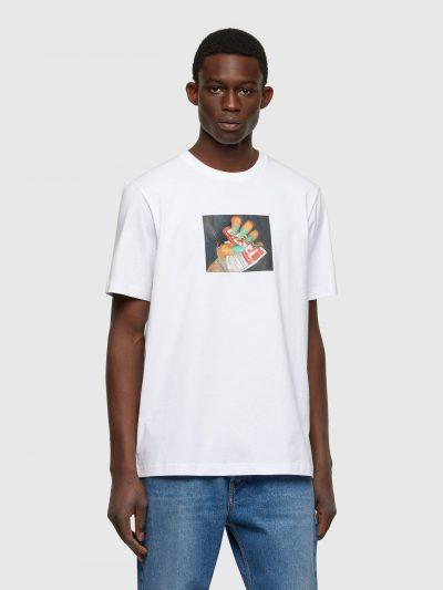 טישרט שרוול קצר בגזרה רגילה בצבע לבן עשויה כותנת ג'רזי משובח. על החזה הדפס מרובע דמוי תמונה, של יד עם ציפורניים בצבע טורקיז המקמטת תוית לוגו המות