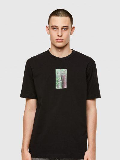 טישרט שרוול קצר בגזרה רגילה בצבע שחור עשויה כותנת ג'רזי משובחת וקלה. במרכז החזה הדפס מרובע בצבע ירוק של צג טלפון.
