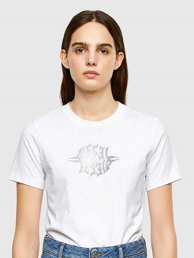 טישרט שרוול קצר בגזרה צרה ובצבע לבן עשויה כותנת ג'רזי משובחת. על החזה הדפס לוגו מטאלי במוטיב גותי.