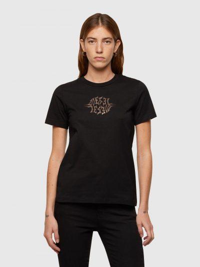טישרט שרוול קצר בגזרה צרה ובצבע שחור, עשויה כותנת ג'רזי משובחת. על החזה, הדפס לוגו מטאלי במוטיב גותי.