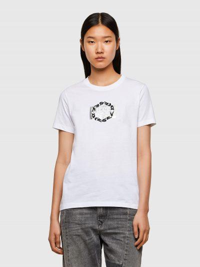 טישרט שרוול קצר בגזרה צרה ובצבע לבן עשויה כותנת ג'רזי משובחת. על החזה הדפס מרובע של לוגו המותג בצבע כסף ומעליו רקמה עגולה של לוגו המותג.