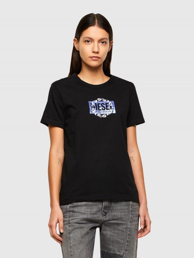 טישרט שרוול קצר בגזרה צרה ובצבע שחור עשויה כותנת ג'רזי משובחת. על החזה הדפס מרובע של לוגו המותג בצבע מטאלי ומעליו רקמה עגולה של לוגו המותג.