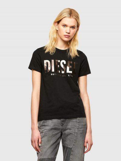 טישרט שרוול קצר בגזרה צרה בצבע שחור עשויה כותנת ג'רזי דקה ואיכותית. בחזה הדפס לוגו ׳פי וי סי׳ מטאלי.