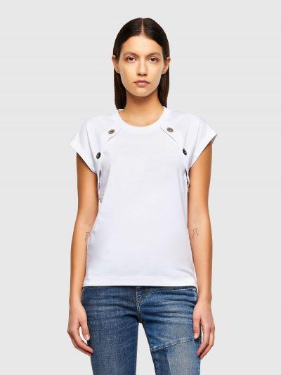 טופ עם שרוולים קצרים רחבים בגזרה רגילה בצבע לבן עשוי כותנת ג'רזי משובחת. לאורך החולצה כפתורי לחיצה מתכתיים גדולים.