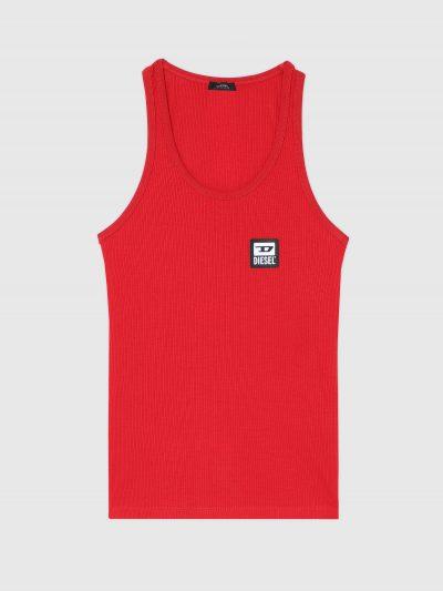 גופיית כותנה מבד ריב  בצבע אדום ובגזרה צמודה. עם פאץ' לוגו קטן בחזה בצד שמאל.