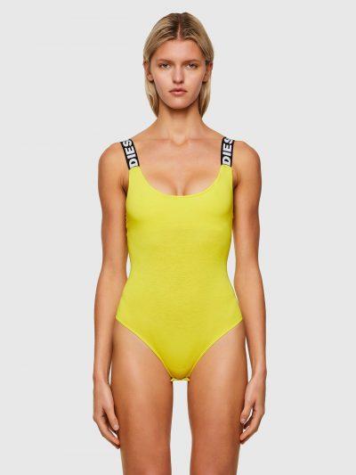בגד גוף בצבע צהוב עם מחשוף קדמי ואחורי עמוק וחלק תחתון בגזרה ברזילאית. מעוטר ברצועות אלסטיות עם הדפס לוגו המותג.