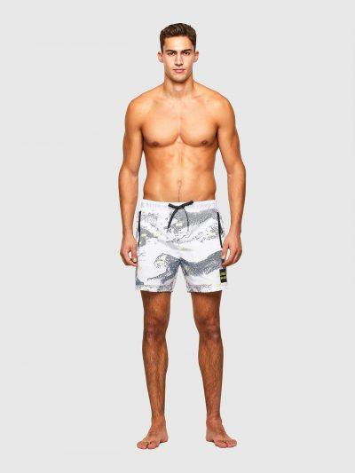 בגד ים אורך בינוני בצבע לבן עם חגורת מותן אלסטית ושרוכים מנוקדים עם סיומת מתכתית. על הבגד ים הדפסים של פנתר ועל רגל שמאל פאץ' מרובע עם הדפס לוגו