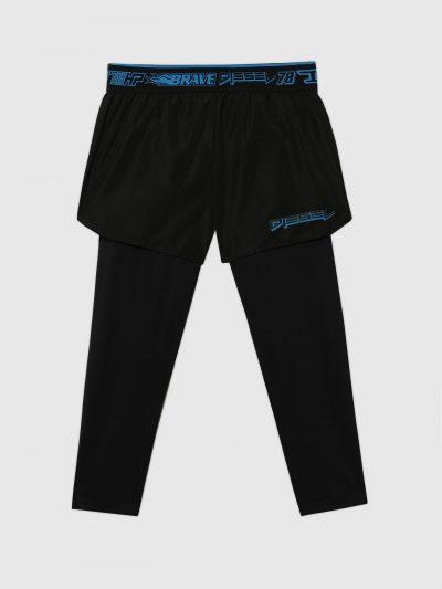 מכנסי ריצה קצרים בצבע שחור עם הדפס לוגו המותג בצבע כחול על חגורת המותן האלסטית ועל רגל שמאל ומתחתיהם טייץ ארוך בצבע שחור. מאחורה כיס הנסגר ברוכסן